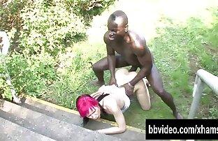 یانا پخش سکس کم حجم در یک سینه بند سیاه و سفید در خارج از شهرستان