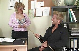 مرد عوضی را روی میز گذاشت و او را بازی های سکسی کم حجم به اصلاح هدایت کرد